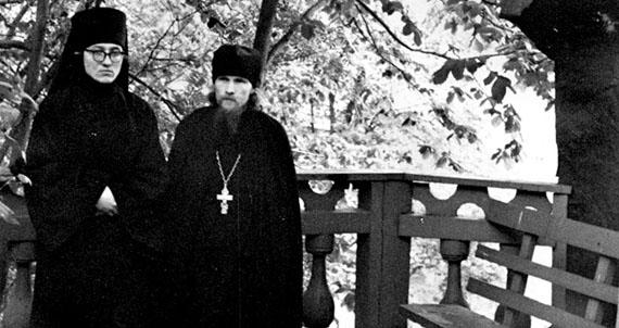 Послушник Михаил и иеромонах Евстафий. Псково-Печерский монастырь, 1962