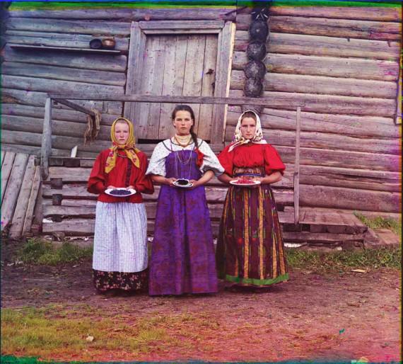 Крестьянские девушки с ягодами (1909)