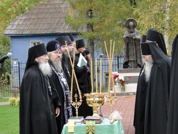 Памятник священномученику Корнилию (1)