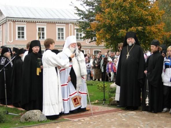 Памятник священномученику Корнилию (2)