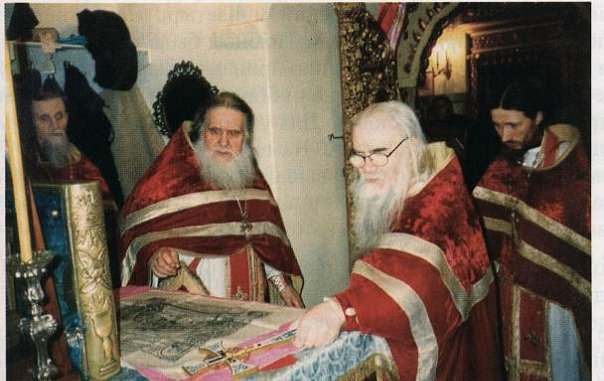 Служение ранней Божественной литургии в Успенском соборе.  Слева направо: игумен Феодосий, архимандрит Досифей, архимандрит Адриан, игумен Мефодий.